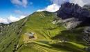 Художник Saype создал 10 000 кв. метровый лэнд-арт отдыхающего мужчины в горах Швейцарии#