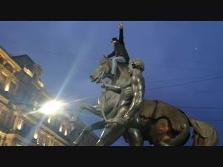 Хулиган забрался на коня на Аничковом мосту