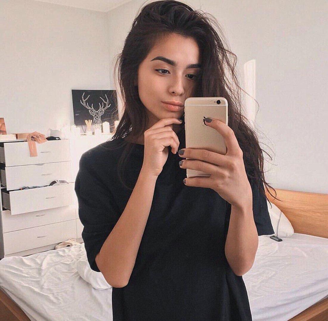 Красивая девочка мастурбирует в ванной киску подруги