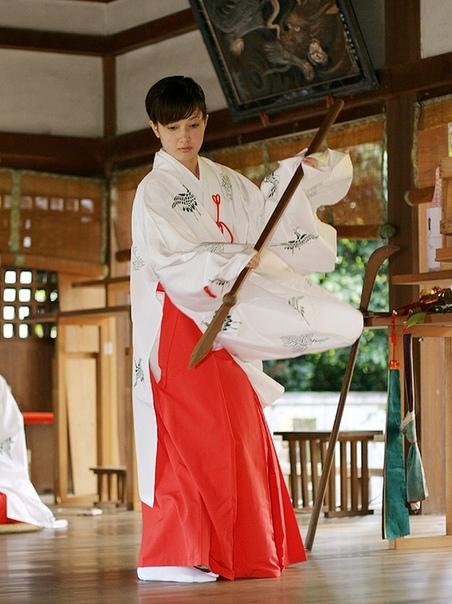 Мико и кагура. Служительница синтоистского храма в Японии мико, осуществляет ритуальный танец кагура. В древности мико вводили себя в транс исступлённой ритуальной пляской кагура (прообраз