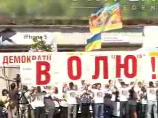 На 2-летие заключения Тимошенко на Крещатике выпустили сотни голубей