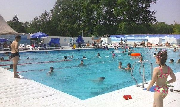 В открытом бассейне на посёлке Горького