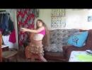 Женя танцует танец живота