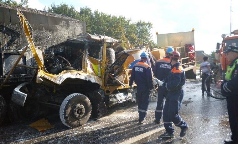 Грузовик дорожной службы протаранил три «Камаза»