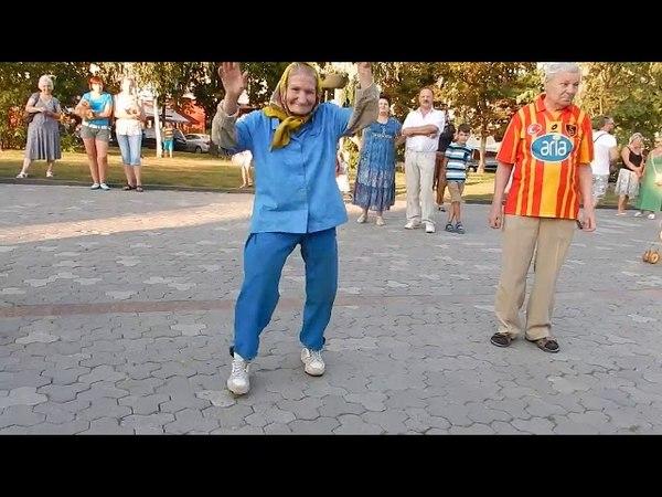 Сеть ошеломил танец черниговской бабушки в кроссовках