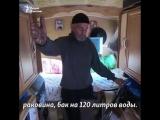 Инвалид путешествует по стране на тракторе с жилым вагончиком.