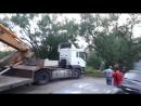 26.07.2018 строительная техника едет по грунтовой дороге жилой застройки