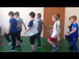 Дети маршируют, разница между мальчиками и девочками