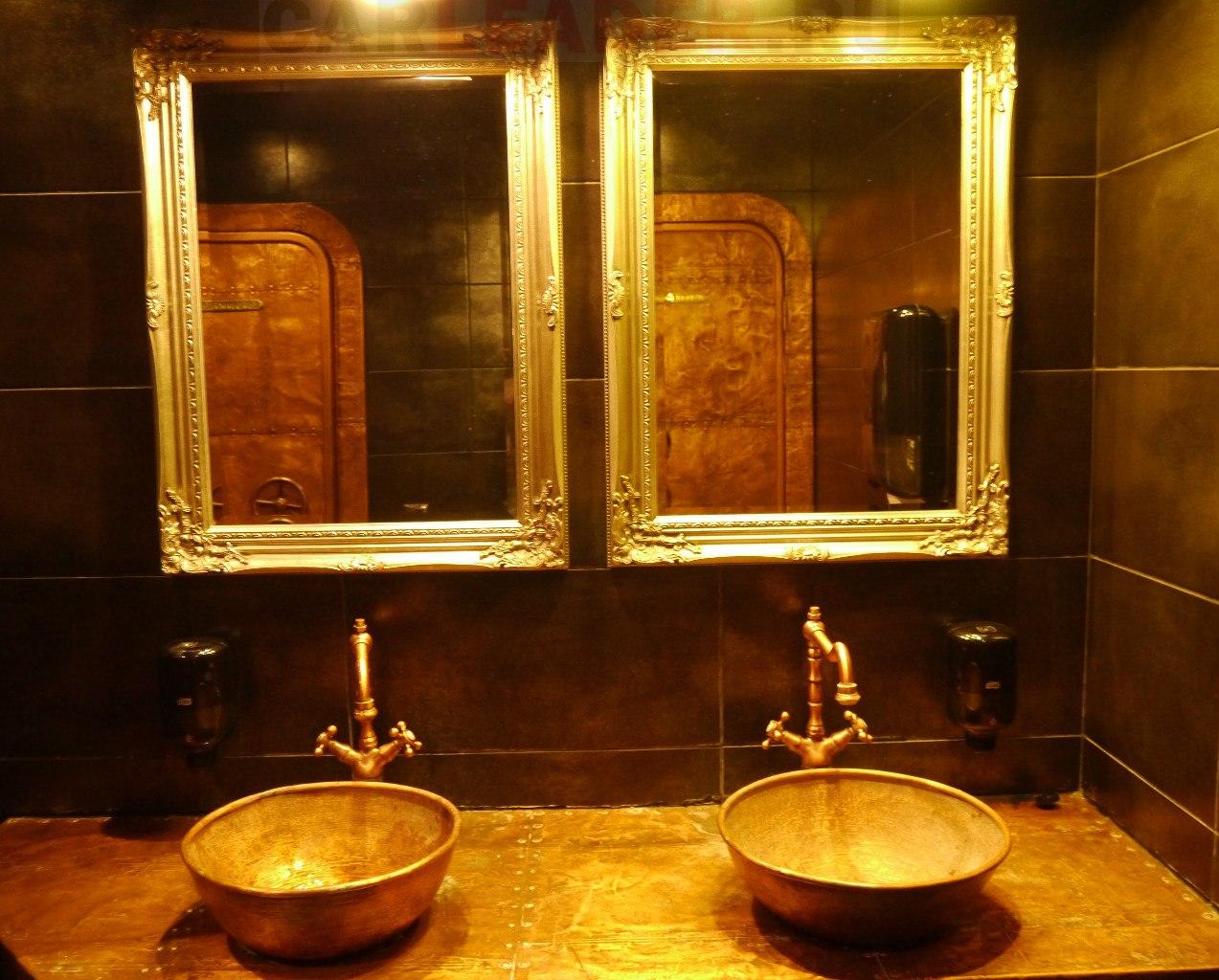 """Мы попали в туалет Замка с привидениями? Нет, это всего лишь речной клуб """"Волхов мостъ""""."""