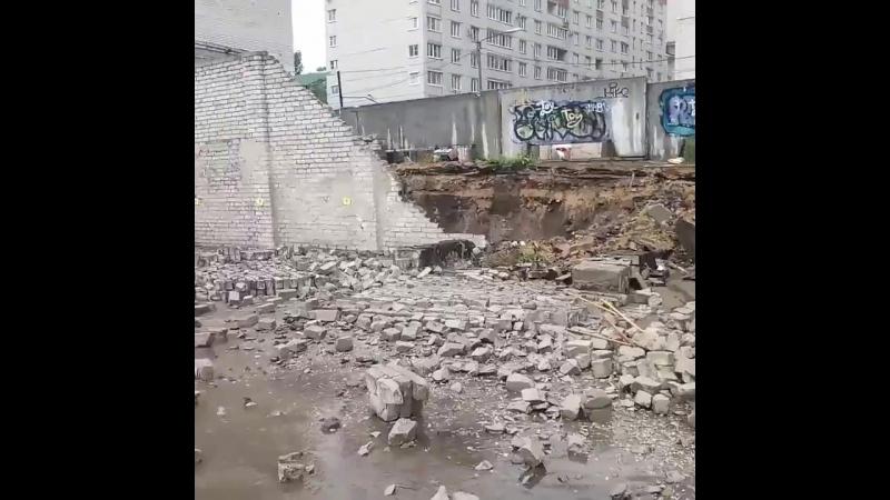 Воронеж. Обрушился забор на машины