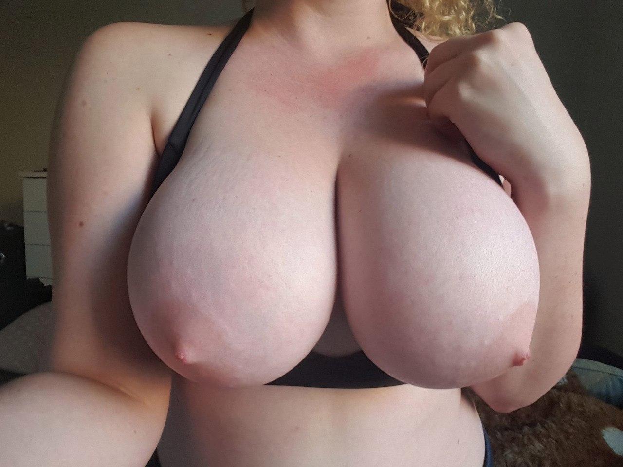 Sexy junge Blondine mit ihrem Dildo