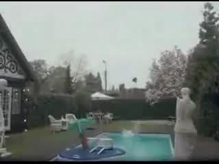 Кинули в бассейн (хорошее настроение, юмор, смешное видео, домашнее, любительская катапульта, друзья дебилы, опасно для жизни).