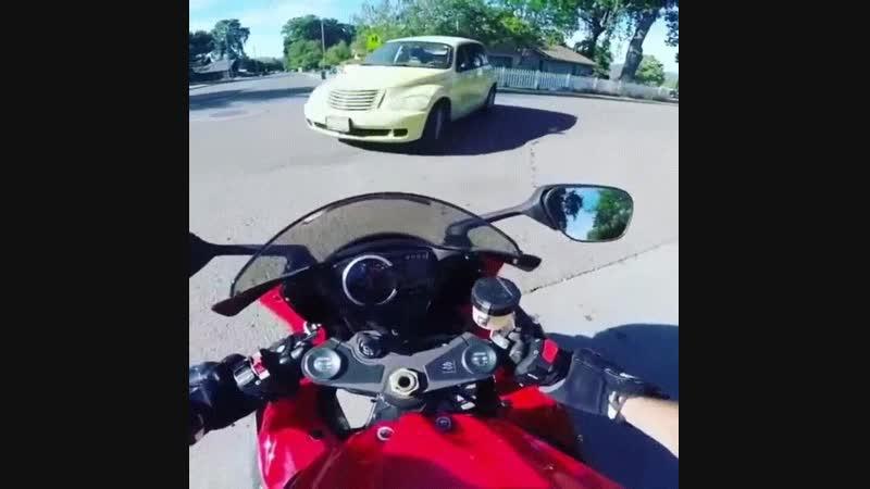 Мотоциклист наказал водителя Крайслера