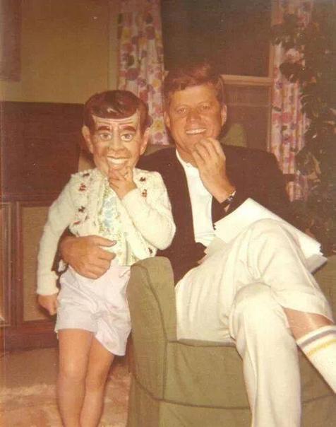 Джон Ф. Кеннеди с дочерью Кэролайн в маске Джона Ф. Кеннеди