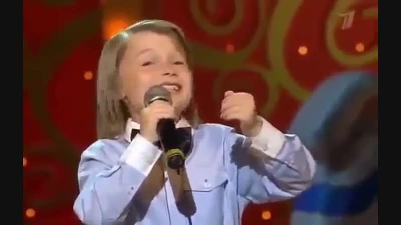 Мальчик взорвал зал, пародируя звезд