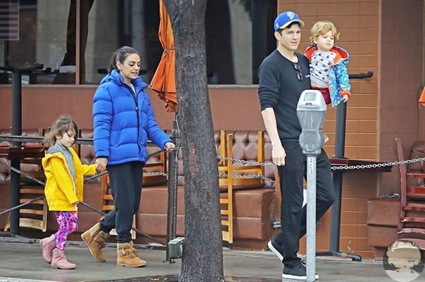 Мила Кунис и Эштон Катчер на прогулке с детьми в Лос-Анджелесе