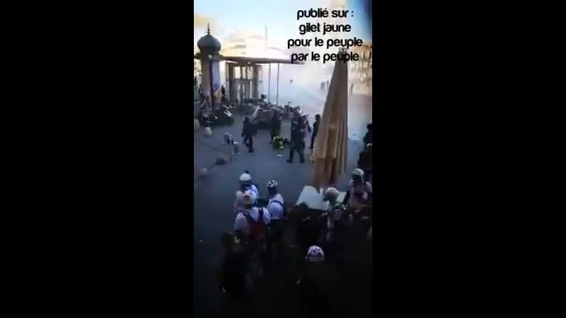 ️INCROYABLE! GiletsJaunes à Montpellier ActeXIX Un brave policier bien courageux boxe un street médic après lavoir gazé LA HONTE
