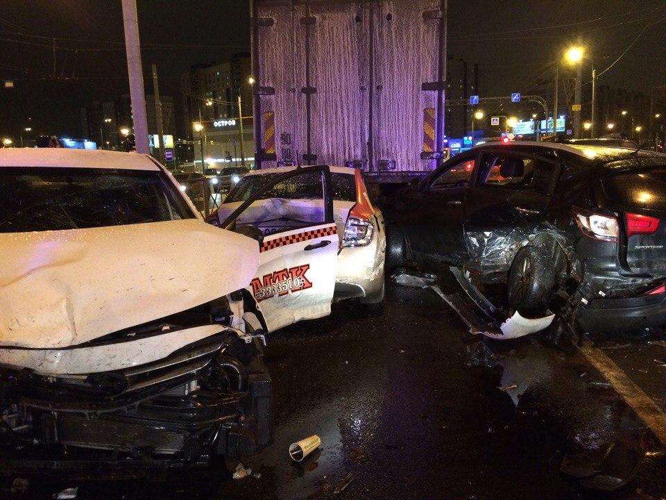 Два человека пострадали вДТП спятью машинами вПетербурге