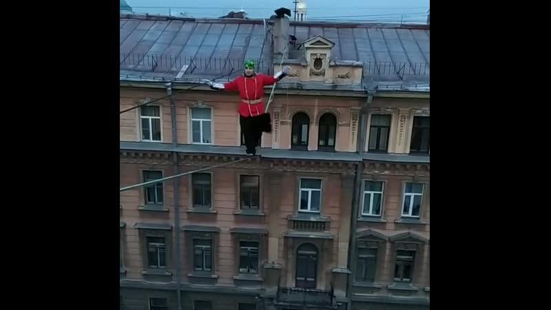 Канатоходец в костюме британского гвардейца прошел по тросу между зданиями в центре Петербурга