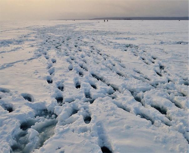 Со стоянки на лёд выезжали первыми, по целине после снегопада. Накатанную дорогу перемело настолько, что приходилось постоянно слезать со снегохода и ногами нащупывать направление. Две песни до