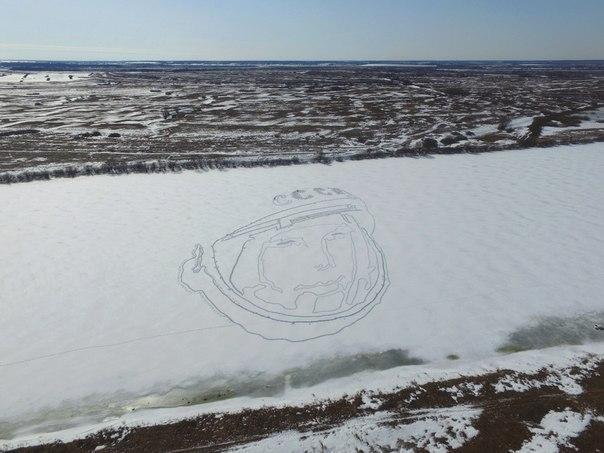 Юрий Гагарин на льду, на снегу