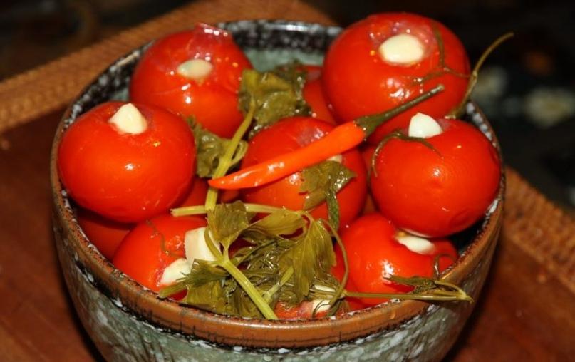 Как приготовить маринованные помидоры с чесноком внутри – популярный рецепт на зиму.