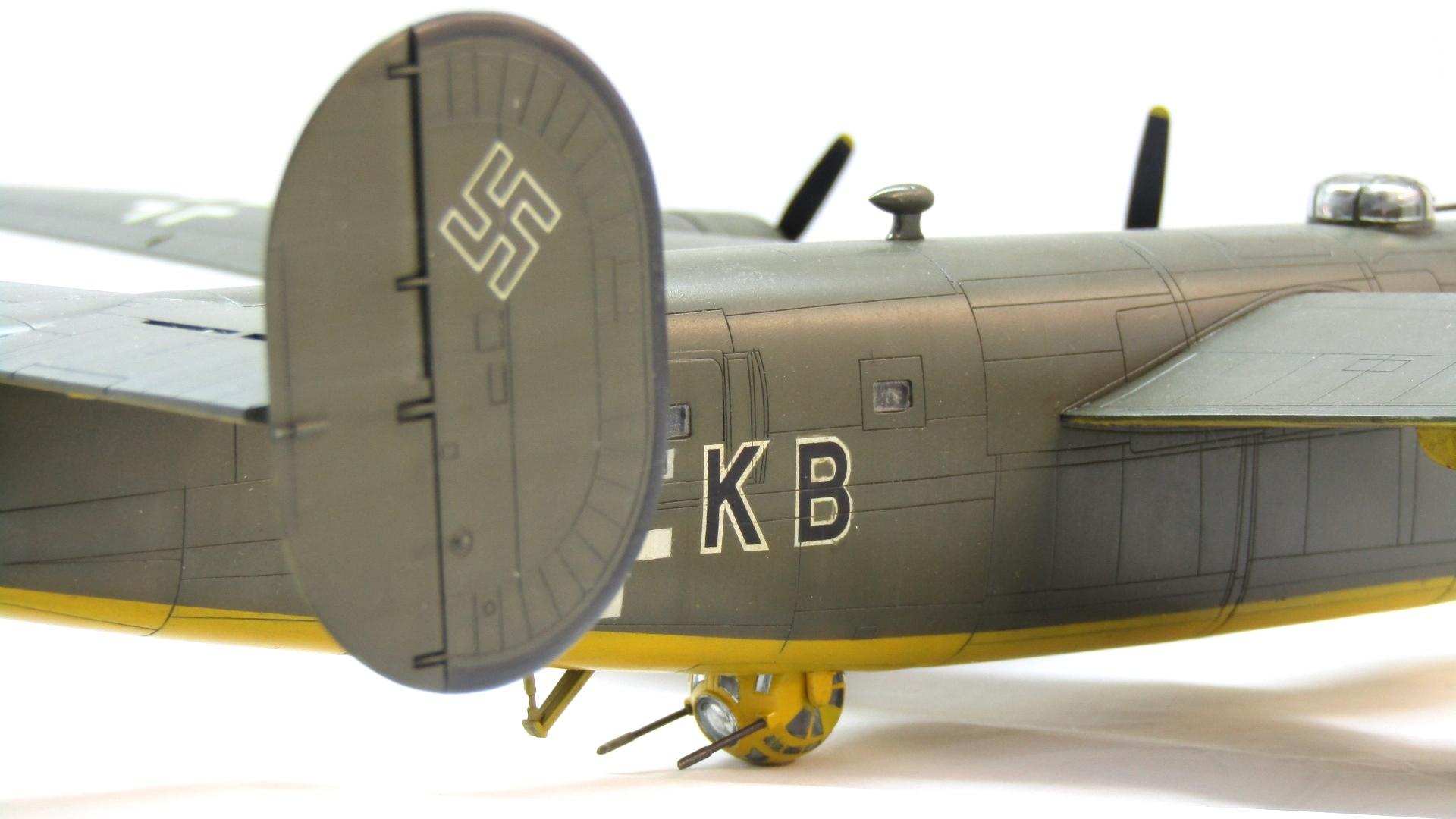 B-24H Liberator 1/72 (Academy) QvwxofjCRzk