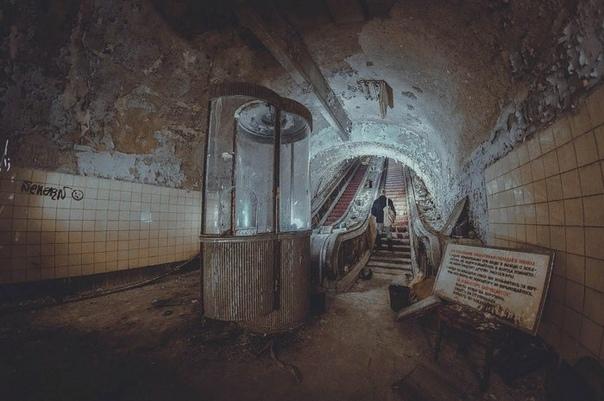 """по ту сторону ваня и сережа ехали в переполненном вагоне метро и слушали """"brandy kills"""", поделив одну пару наушников между собой. на улице была жара градусов под 30, а тут в подземке веяло"""