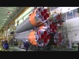 Сборка «пакета» РН «Союз-ФГ» для ТПК «Союз МС-11»