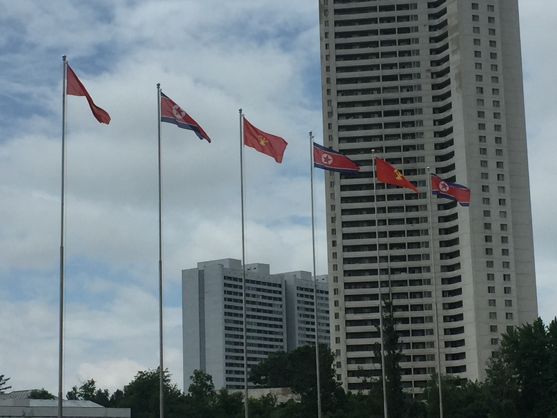 Флаги КНДР и трудовой партии Кореи