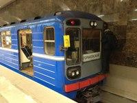 Молодой житель Нижнего Новгорода под веселую музыку проехал по метромосту, зацепившись за последний вагон поезда метро.