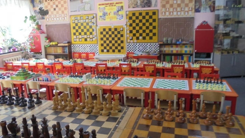 Ни для кого не секрет, что шахматы чрезвычайно полезны для маленького человека, ведь они открывают дверь в мир интеллектуальных
