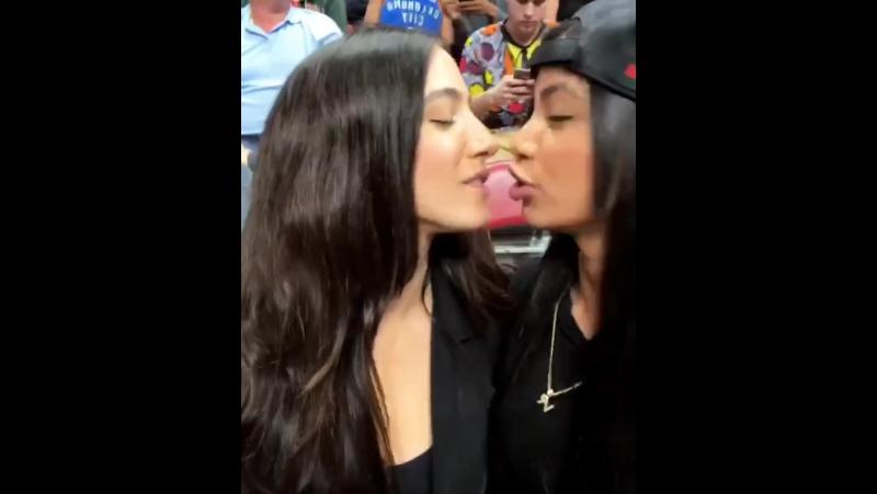 Лесбиянки ебут друг друга и лапают груди пацталом)))))