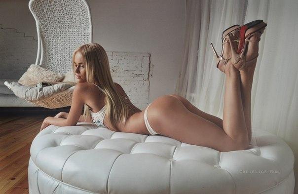 Brune cheveux court baise en lingerie