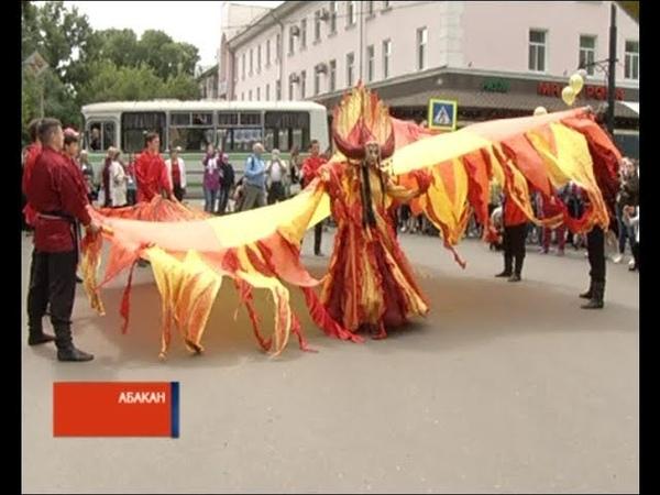 Чир Чайаан открылся ярким карнавалом на улицах Абакана