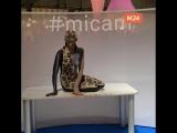 Крутой боди-арт на выставке в Милане
