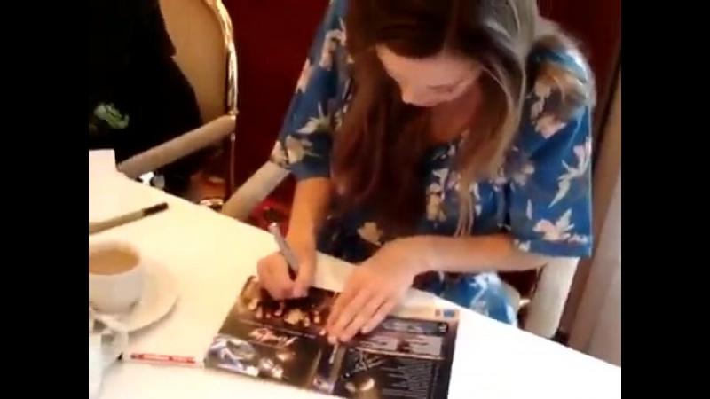 Саммер подписывает обложку DVD диска телесериала «Светлячок» и получает подарок от поклонницы. FedCon XVIII, май 2009 года