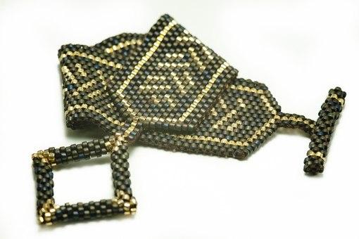 Прямой плоский браслет с рисунком-косичкой.  Сплетен на хлопковой нити, за счет чего очень мягкий (как тряпочка).