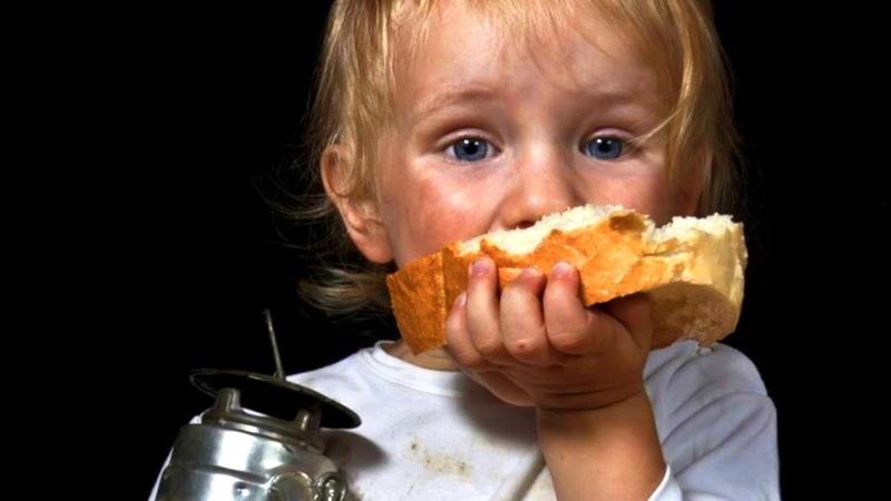 Этот малыш был никому не нужен Он сидел в углу с испачканным лицом и жевал корочку хлеба