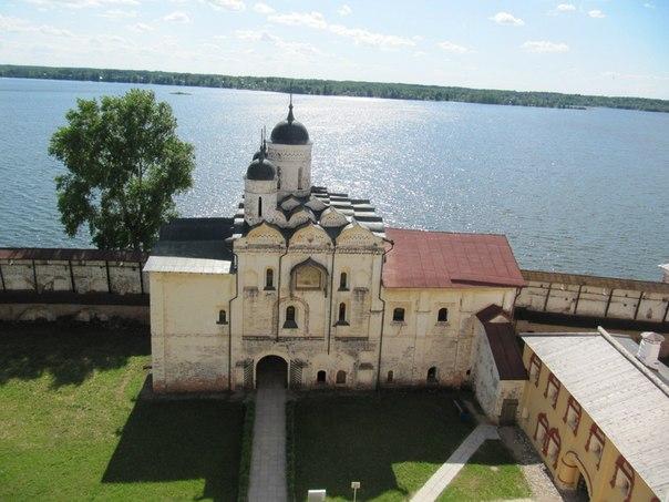 Водяные ворота с надвратной церковью