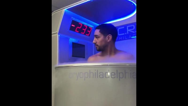 Дэнни Гарсия восстанавливается после тяжелой тренировки в криосауне при - 233 градуса.
