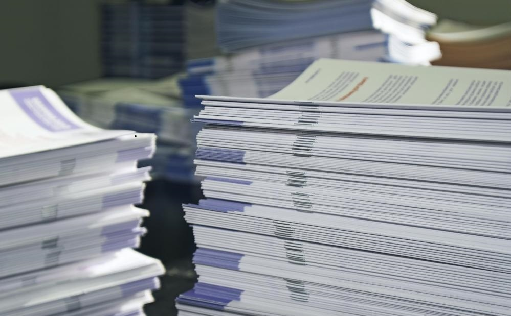 Операторы печатных изданий могут осуществлять надзор за выпуском брошюр или брошюр.