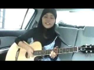 Девушка мусульманка очень красиво поет под гитару! Прикол))