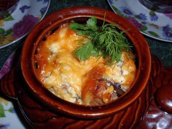 Картошка с курицей сметаной сыром в горшочках