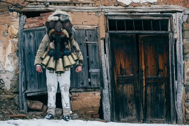 «Кукеры»  исполнители древнего языческого обряда в фотопроекте Арона Кляйна