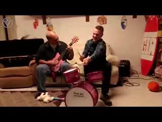 Папа и сын сели за инструменты подаренные для дочери