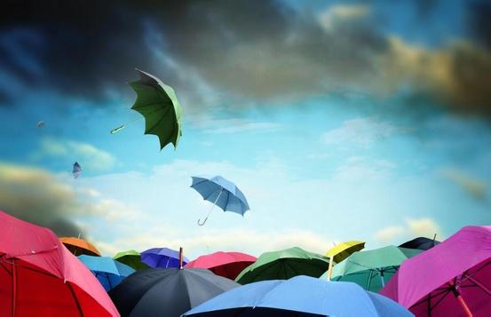 Использование зонтика для защиты от солнца может помочь избежать серьезных солнечных ожогов