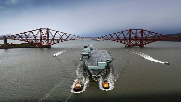 Новейший британский авианосец HMS Queen Elizabeth третьего апреля с