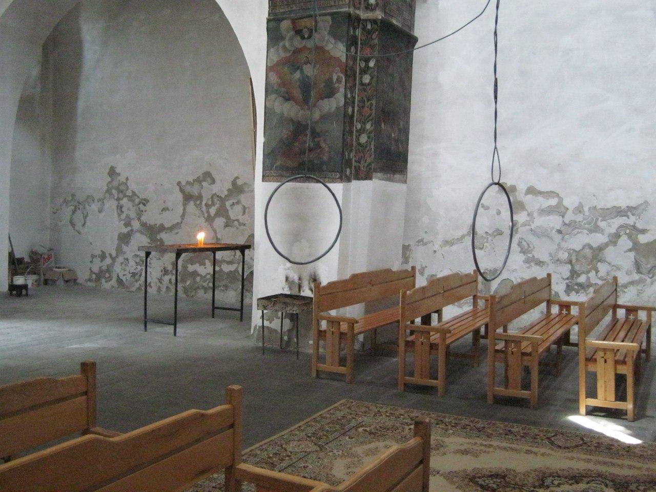 кольца в молебном зале церкви