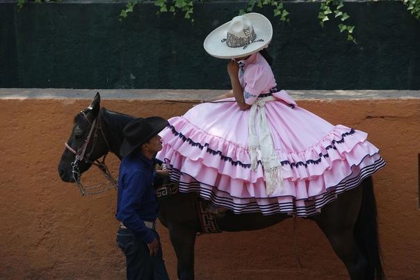 Ковбой общается с наездницей в Ранчо-дель-Чарро (Мехико, Мексика)